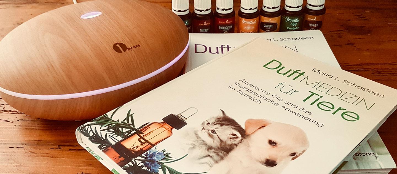 Zwei Bücher über Duftmedizin für Tiere und ein Diffusor