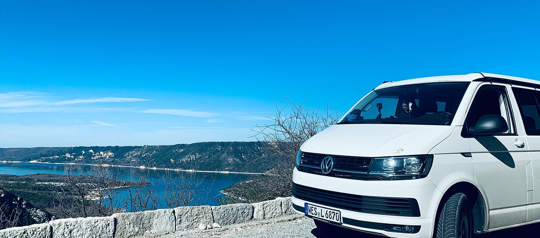 VW Bulli in Frankreich vor einem See