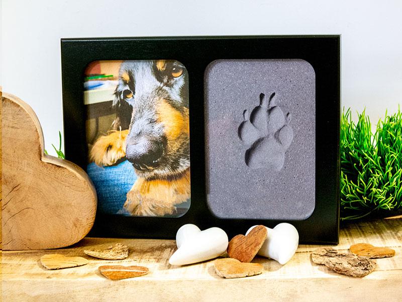 Der Photo-Pfotenrahmen, mit Foto des Hundes und einem Pfotenabdruck vor einem dekortiven Hintergrund