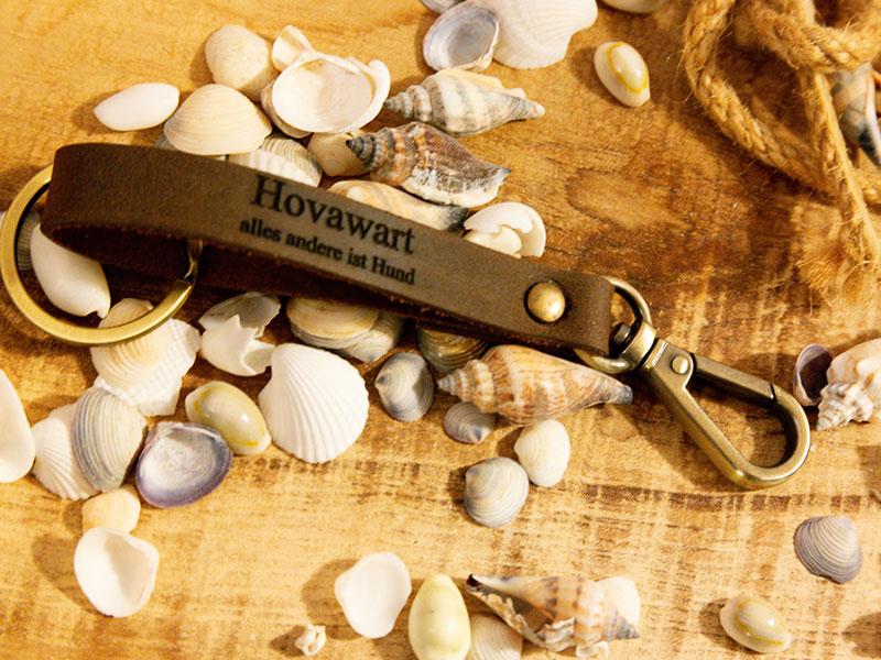 Schlüsselanhänger aus echtem Leder mit Schriftzug Hovawart alles andere ist Hund vor dekorativem Hintergrund
