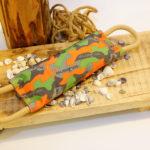 Hundespielzeug Beisswurst von Major Dog schadstofffrei vor dekorativen Hintergrund