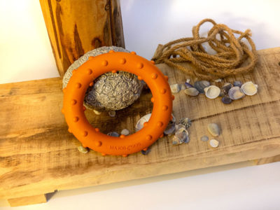 Hundespielzeug Ring Rudi von Major Dog aus Naturkautschuk, Tüv-zertifiziert vor dekorativem Hintergrund