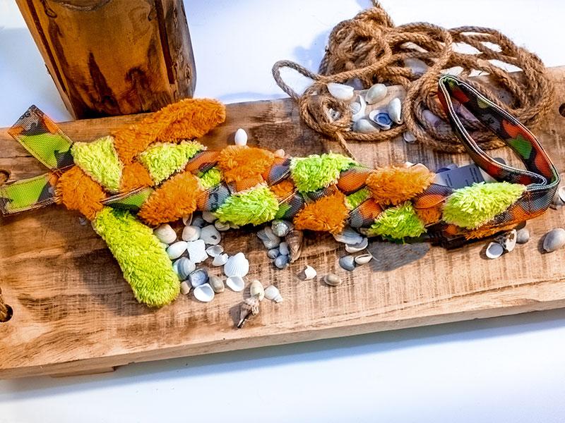 Hundezerrspielzeug aus Biobaumwolle für den Hund vor dekorativem Hintergrund