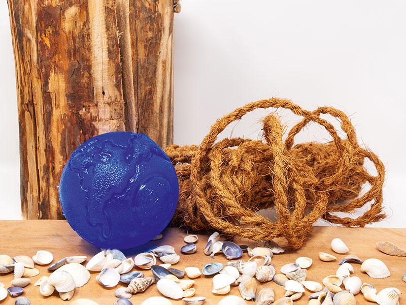 Blauer ungifter Ball als Hundespielzeug für den Hovawart