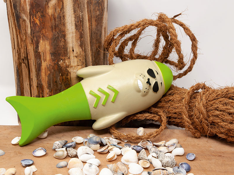 Wasserspielzeug Captain Blubber in der Farbe grün in dekorativer Umgebung