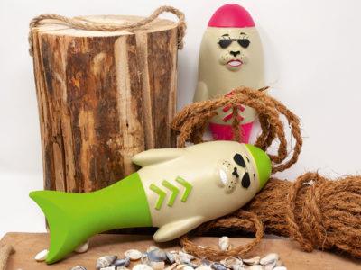 Wasserhundespielzeug Captain Blubber in grün und Lieutenat in pink in dekorativer Umgebung