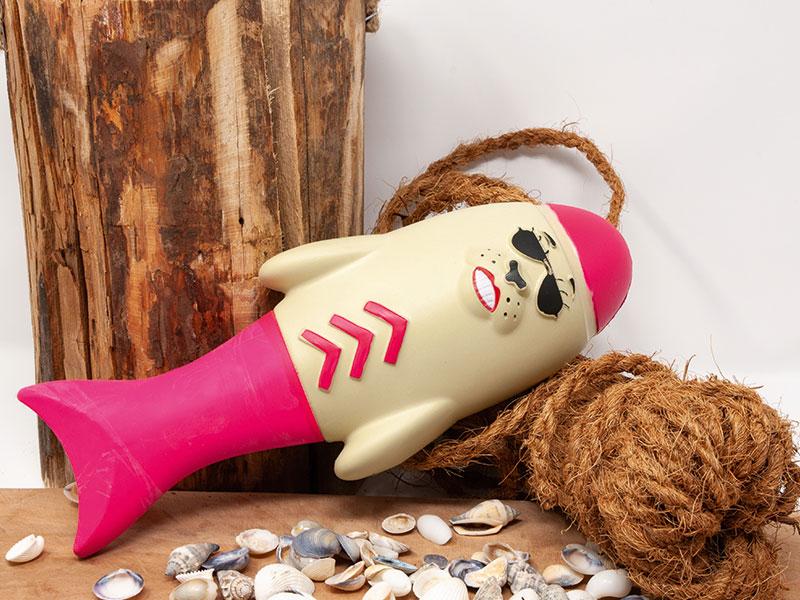 Wasserspielzeug Lieutenant Flipper in der Farbe pink in dekorativer Umgebung