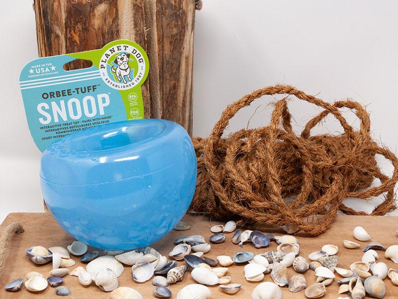 Interaktives Hundespielzeug Snoop Farbe blau ohne Weichmacher in dekorativer Umgebung