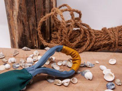 Schlaufe eines Zerrspielzeuges für den Hovawart vor dekorativen Hintergrund
