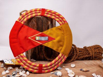 Zerr- und Wurfspielzeug für den Hund vor dekorativen Hintergrund