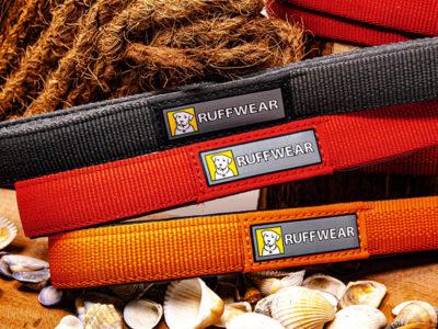 Hundeleine von Ruffwear vor dekorativem Hintergrund