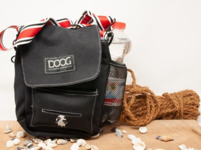 Dog Walkie Bag vor dekorativem Hintergrund