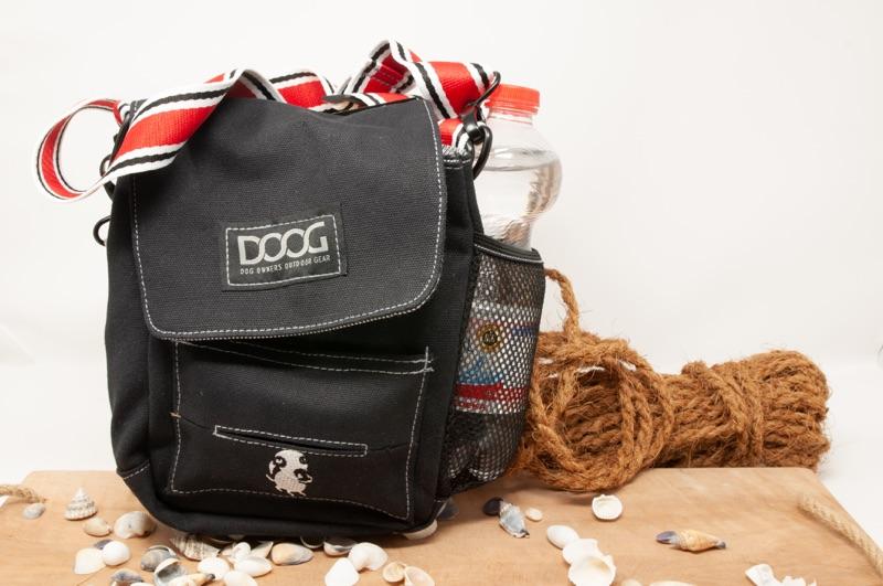 Dog Walkie Bag vor dekorativem Hintergrund