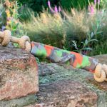 Dummy_Schnapp Welpenspielzeug vor dekorativem Hintergrund