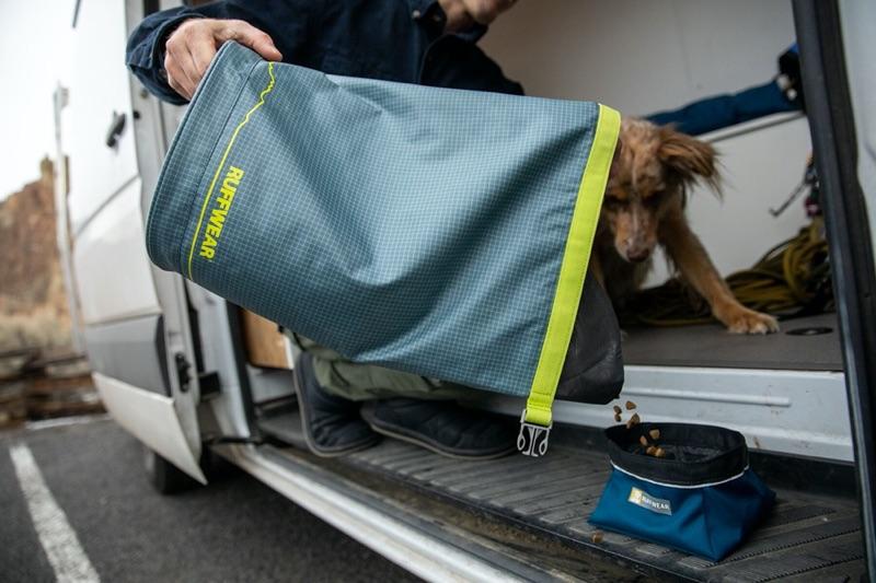 tragbarer Futterbehälter auf Reisen und im Urlaub