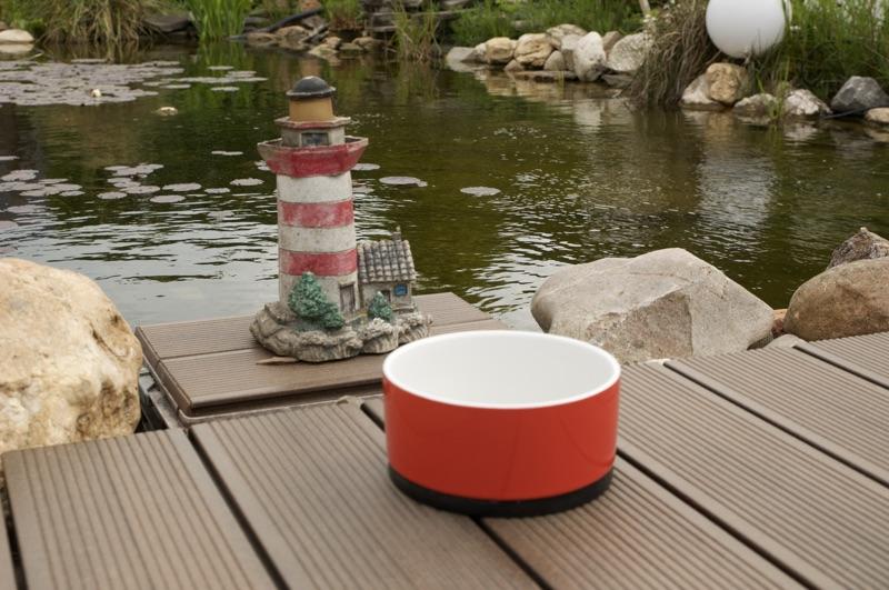 Rutschfester Napf vor einem Teich